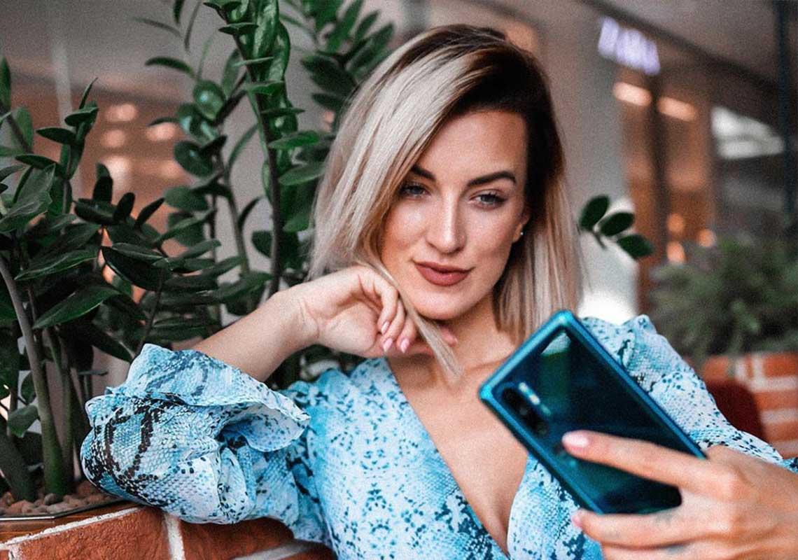 Kamila Pavlíčková fotí selfie s telefonem Xiaomi Mi Note 10