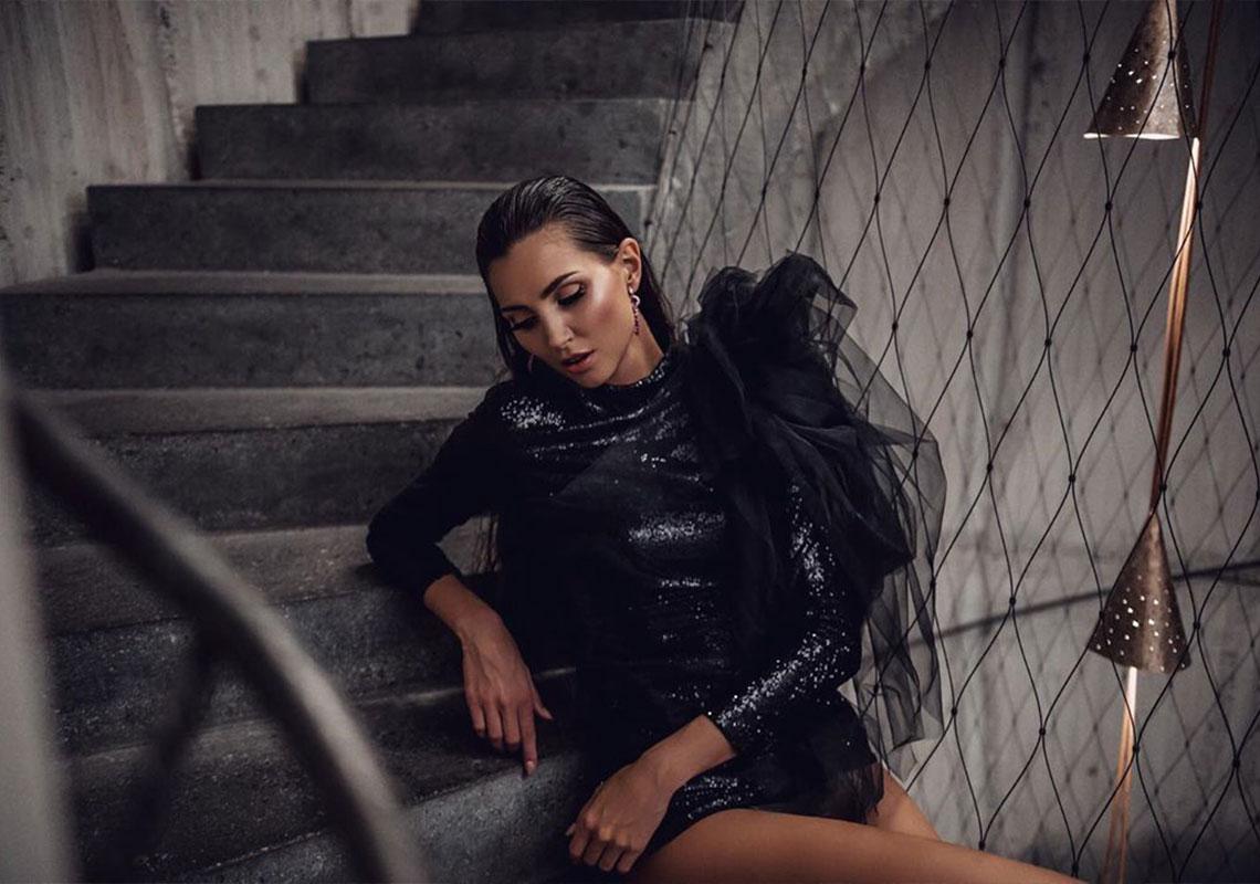 Karolína Kopíncová v černých šatech na umělecké fotografii